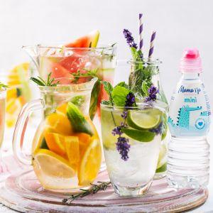 Woda z dodatkiem soku i kolorowych owoców, będzie nie tylko doskonałym sposobem na uzupełnienie płynów, ale i przepysznym urozmaiceniem. Fot. Mama i ja