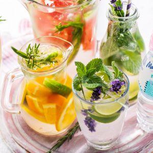 W letnie dni, odpowiednie nawodnienie organizmu dziecka jest szczególnie ważne. Niestety nie wszystkie maluchy lubią pić wodę. W takim wypadku można je zachęcić do tego podając  orzeźwiającą lemoniadę. Fot. Mama i ja