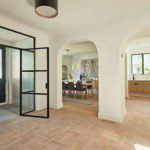 Łukowe otwory drzwiowe podkreślają zabytkowy charakter willi z 1947 roku. Projekt: Salem Architecture. Zdjęcia: Phil Bernard