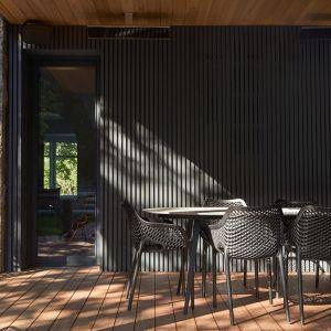 Na zewnątrz oryginalne materiały na elewacji sąsiadują z nowoczesnymi. Projekt: Salem Architecture. Zdjęcia: Phil Bernard