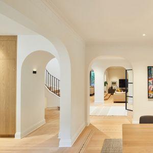 Wnętrze domu po modernizacji są jasne, przestronne i pełne światła. Projekt: Salem Architecture. Zdjęcia: Phil Bernard