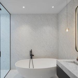 Także łazienki zyskały nowoczesną, minimalistyczną oprawę. Projekt: Salem Architecture. Zdjęcia: Phil Bernard