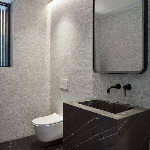 W łazienkach zastosowano okładziny z wzorem marmuru. Projekt: Salem Architecture. Zdjęcia: Phil Bernard