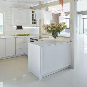 Meble kuchenne w nowoczesnej kuchni są zwykle proste w formie, bardzo często wykonane z drewna bądź forniru, a jedyną ozdobą jest subtelne wykończenie lub uchwyty np. chromowane, ze stali czy nawet specjalne uchwyty ukryte we frontach. Projekt ernestrust/kuchnia S4
