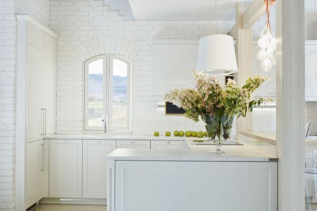 Gdy myślimy o nowoczesnym stylu, widzimy proste i przejrzyste rozwiązania oraz otwarte przestrzenie bez zbędnych dekoracji. Nie oznacza to, że wnętrze pozbawione jest charakteru – wręcz przeciwnie! Prawdziwa sztuka tkwi w uchwyceniu minimalistyczn