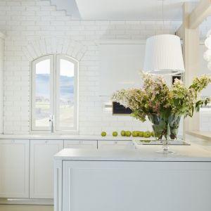 Najczęściej stanowi otwartą przestrzeń, dlatego tak ważne jest, by była spójna z aranżacją salonu, jak i całego mieszkania. Projekt ernestrust/kuchnia S4