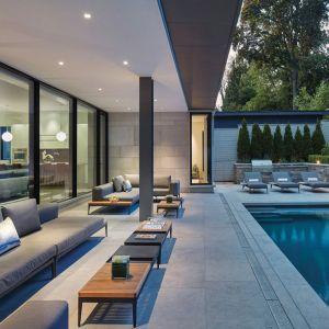 Duże przeszklenia otwierają dom na otoczenie. Projekt: Taylor Smyth Architects, projekt wnętrza: Cecconi Simone. Fot. Studio Shai Gil