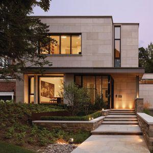 Elewację zdobią minimalistyczne kamienne płyty. Projekt: Taylor Smyth Architects, projekt wnętrza: Cecconi Simone. Fot. Studio Shai Gil