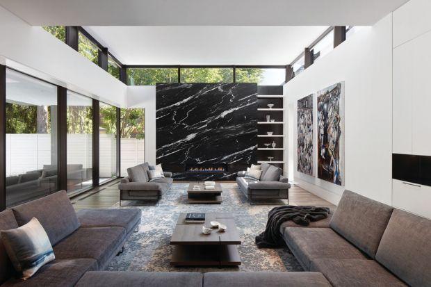 Biel, kolory ziemi, naturalne światło i zjawiskowy kamień w salonie, na wyspie kuchennej, a nawet w łazience - ten nowoczesny dom jest z pewnością wart grzechu. Jak wam się podoba ten projekt?