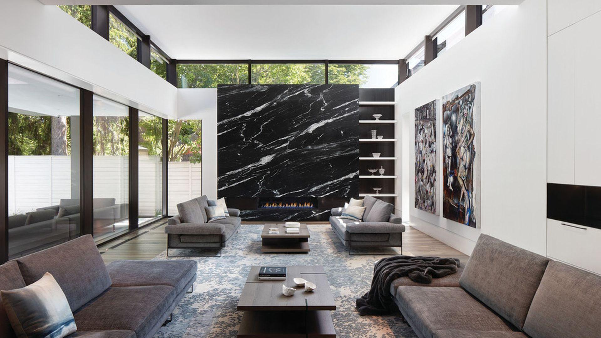 W salonie prawdziwą gwiazdą jest ściana z kominkiem, z pięknym rysunkiem kamienia. Projekt: Taylor Smyth Architects, projekt wnętrza: Cecconi Simone. Fot. Studio Shai Gil