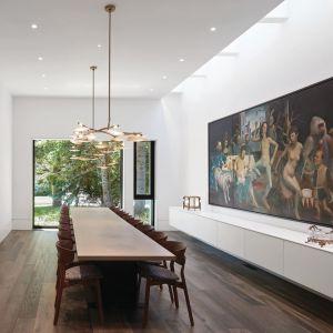 Jadalnia jest nowoczesna, a jednocześnie elegancka i stylowa. Projekt: Taylor Smyth Architects, projekt wnętrza: Cecconi Simone. Fot. Studio Shai Gil