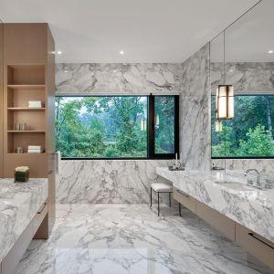 Okna w dużej łazience otwierają ją na otaczający dom ogród. Projekt: Taylor Smyth Architects, projekt wnętrza: Cecconi Simone. Fot. Studio Shai Gil