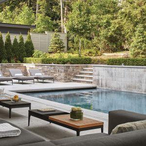 Ściany basenu wykończono lokalnym kamieniem. Projekt: Taylor Smyth Architects, projekt wnętrza: Cecconi Simone. Fot. Studio Shai Gil