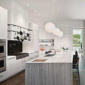 W dużej kuchni króluje wyspa kuchenna wykończona pięknym kamieniem. Projekt: Taylor Smyth Architects, projekt wnętrza: Cecconi Simone. Fot. Studio Shai Gil
