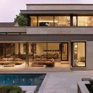 W rezydencji nie mogło zabraknąć basenu. Projekt: Taylor Smyth Architects, projekt wnętrza: Cecconi Simone. Fot. Studio Shai Gil