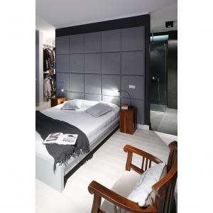 Ciemne kolory sprawiają, że sypialnia jest bardzo przytulna. Projekt: Maciejka Peszyńsk-Drews. Fot. Bartosz Jarosz