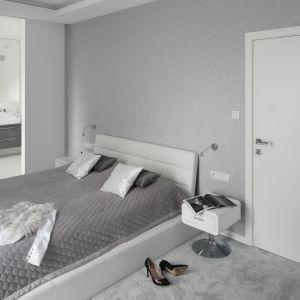 Połączenie bieli i szarości sprawiało, że sypialnie jest jasna i przutulna. Projekt: Katarzyna Mikuska-Sękalska. Fot. Bartosz Jarosz