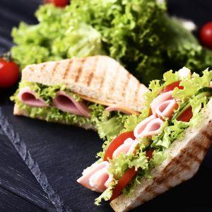 Finger sandwiches, czyli małe kanapeczki idealne na piknik. Fot.123rf