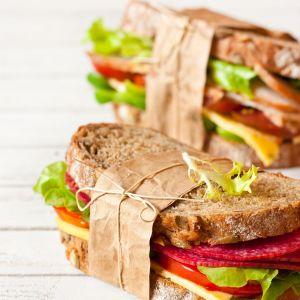 Kanapki z chleba razowego ze świeżymi warzywami, pesto, salami i serem. Fot.123rf