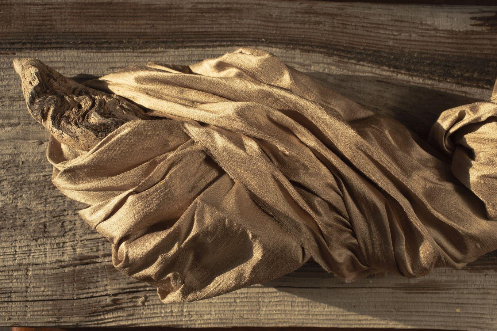 Indian Silk to ręcznie tkany jedwab typu szantung. Wykonany jest z przędzy o nieregularnej grubości, dzięki czemu wyróżnia się charakterystycznymi zgrubieniami – niepowtarzalnymi węzełkami i zadziorkami, które dodają mu uroku.