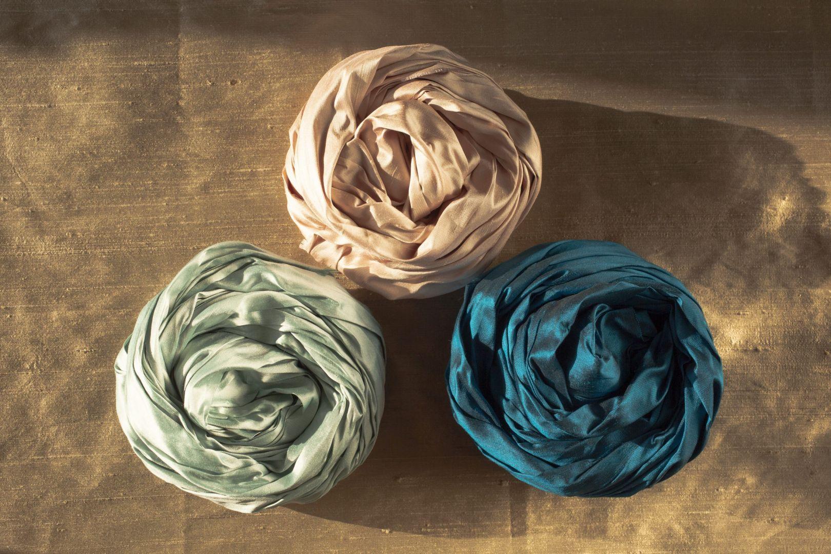 Odpowiadając na trend powrotu do natury i rosnące zainteresowanie tkaninami z w aranżacji wnętrz, Dekoma nieustannie poszerza swoją ofertę jedwabi. Wśród nich warto zwrócić uwagę na dwie tkaniny wyróżniające się swoją autentycznością i urodą podkreślona przez drobne nieregularności. Są to Indian Silk i Yamir.