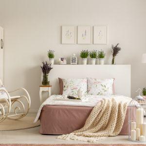 W stylu prowansalskim i shabby chic dominują pastelowe barwy i wzory roślinne. Fot. RuckZuck
