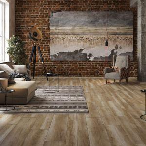Zestawiając ze sobą styl industrialny i retro, tworzymy wystrój z duszą. Na zdjęciu panele podłogowe Arteo Dąb Sagarmatha od RuckZuck