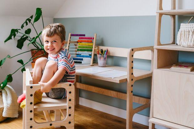 Pokój dziecięcy powinien być przytulny i estetyczny. Nie powinniśmy jednak zapominać o tym, że będzie to przestrzeń, w której nasze dziecko rozpocznie poznawanie otaczającego je świata. Dlatego urządzając pokój dla malucha warto kierować si