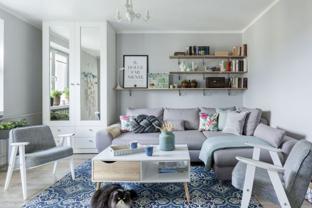 Jaką kanapę do salonu wybrać? Narożnik czy raczej tradycyjną sofę? Jak ją ustawić? Zobaczcie bardzo ciekawe pomysł z polskich domów i mieszkań. Polecamy nasz przegląd.
