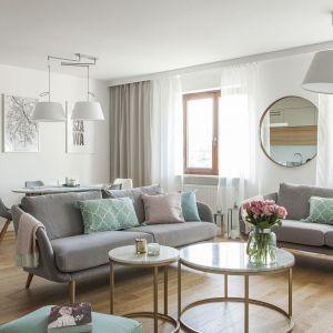 Dwie sofy ustawione obok siebie doskonale prezentują się w jasnym, otwartym salonie. Projekt: Anna Nowak-Paziewska, MAFgroup. Realizacja: MRenovations. Fot. Emi Karpowicz