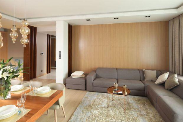 Jak wykończyć ściany w salonie? Jaki kolor będzie najlepszy? Jaki materiał zapewni najciekawszy efekt dekoracyjny? W naszym przeglądzie znajdziecie świetne pomysły do każdego salonu i na każdą kieszeń. Sprawdźcie.
