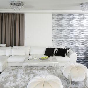 Ścianę w salonie pięknie zdobią panele 3D ze strukturą fal w srebrnym kolorze. Projekt: Katarzyna Uszok. Fot. Bartosz Jarosz