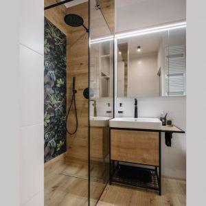 Płytki z roślinnym wzorem zdobią jedną ścianę pod prysznicem. Doskonale pasuję do płytek imitujących drewno. Projekt: Monika Wierzba-Krygiel. Fot. Hania Połczyńska