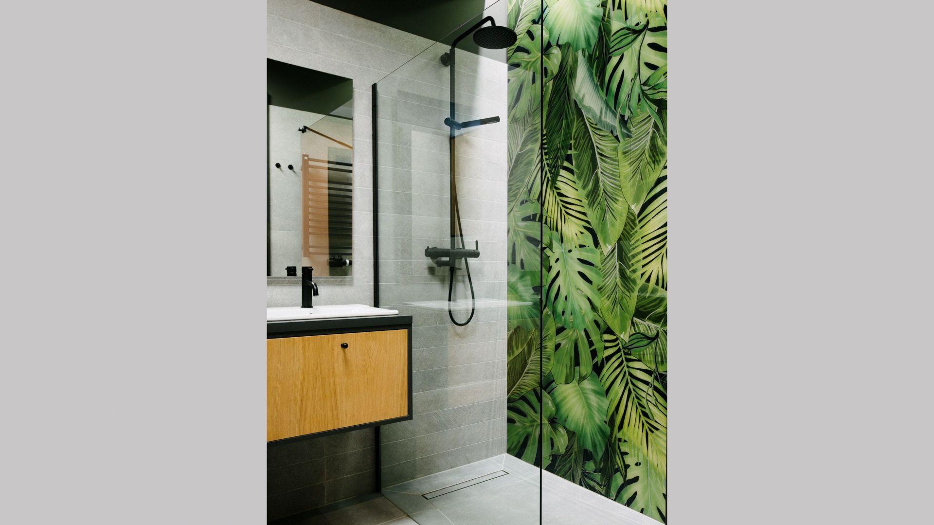 Fototapeta, którą wykończona została jedna ze ścian w łazience, stanowi mocny akcent dekoracyjny. Projekt: Barbara Bulska, Piotr Czajkowski, pracownia PLAN A. Fot. Adam Biermat
