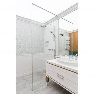 W łazience zrezygnowano z tradycyjnej kabiny prysznicowej. Zastąpił ją odpływ w podłodze i szklana tafla szkła. Projekt: Magdalena Bielicka, Maria Zrzelska-Pawlak. Fot. Fotomohito