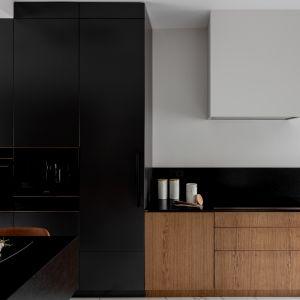 Dostarczony przez polskiego producenta model kuchni przyciąga uwagę powściągliwą elegancją. Realizacja Modoso Interiors Fot. Zajc, Raumplus