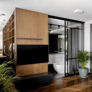 System drzwi S1500Air Raumplus z modnymi industrialnymi szprosami, których układ można indywidualnie zaprojektować, posłużył do wydzielenia dość nietypowej łazienki.Realizacja Modoso Interiors Fot. Zajc, Raumplus