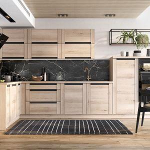 Rośliny to bardzo dekoracyjny element wyposażenia wnętrza, również kuchennego. Atrakcyjnie wyeksponowane, np. na modnych półkach w industrialnym stylu, nadadzą kuchni bardziej salonowego charakteru. Fot. KAM