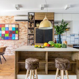 Kuchnia nie tylko utraciła status prywatnej strefy domowników o wyłącznie roboczym charakterze, ale coraz częściej to właśnie kuchnia kształtuje architekturę i design całego wnętrza. Projekt Joanna Rej. Fot. Pion Poziom