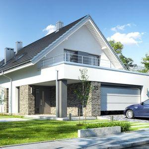 Dom ma prostą bryłę przykrytą dwuspadowym dachem, z wystającą nieco poza główną bryłę parterową częścią garażu. Projekt: arch. Michał Gąsiorowski. Fot. MG Projekt