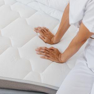 Dobry materac, gdy na nim leżymy, powinien zginać się tylko w miejscu nacisku. Zarówno zbyt miękki, jak i zbyt twardy model może znacząco zmniejszyć komfort snu, a także wpłynąć niekorzystnie na nasze zdrowie. Fot. Bonami.pl