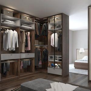 Dobry krok do uporządkowanej szafy to właśnie podzielenie rzeczy według sezonów. Dzięki temu będziemy mieć tylko część odzieży do poukładania w przestrzeni szafy i łatwiej będzie znaleźć dla niej odpowiednie miejsce. Komandor