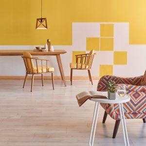 Nieharmonijnie ułożone kwadraty pomalowane na słoneczny odcień Funky Yellow z palety Beckers Designer Kitchen & Bathroom będą się efektownie prezentować na tle stonowanej szarości Porcelain Grey.