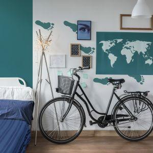 Miłośnicy podróżowania wrócą wspomnieniami do przebytych wojaży dzięki namalowanej na ścianie mapie świata oraz śladom stóp w szmaragdowym kolorze Cleopatra z linii Beckers Designer Colour.