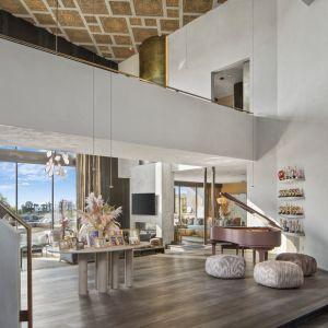 """Wysokie wejście, z 33-metrowym sufitem, """"zakrzywioną"""" klatką schodową, prowadzącą na kładkę na drugim piętrze i fioletowym fortepianem, to tylko przedsmak tego, co ma nadejść."""