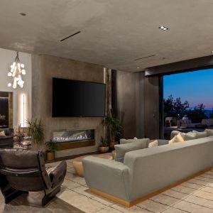 W głównym apartamencie znajduje się kominek z mosiądzu, betonu i gliny, balkon z rozległymi widokami oraz garderoba