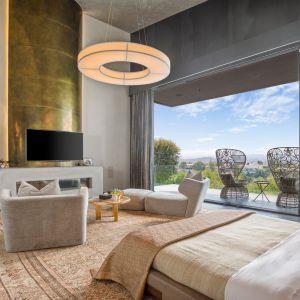 Wszystkie siedem sypialni ma łazienki i balkony.