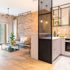 Styl loftowy wymaga przestrzeni. Jeśli nie mamy do dyspozycji dużych, wysokich wnętrz, trzeba tak aranżować mieszkanie, aby dostępną przestrzeń nieco optycznie poszerzyć. Projekt Decoroom. Fot. Pion Poziom
