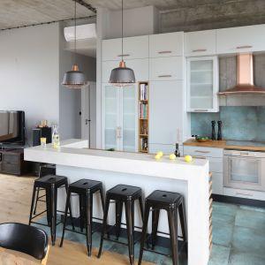 """Odpowiednio uformowana i doświetlona przestrzeń musi być w mieszkaniu aranżowanym na loft jeszcze """"przyprawiona"""" surowością. Projekt Maciejka Peszyńska-Drews. Fot. Bartosz Jarosz"""