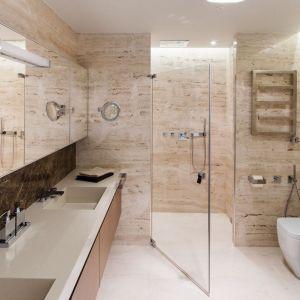 Kabina prysznicowa została zaaranżowana w przestronnej wnęce zamykanej drzwiami ze szkła. Wyposażono ją w dużą deszczownię sufitową. Projekt: Anna Fodemska. Fot. Bartosz Jarosz